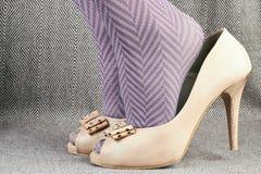 Kvinnan står på tåspetsarna i läderpip-tå skor Royaltyfria Foton