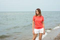 Kvinnan står vid havet Arkivbilder