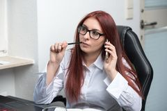 Kvinnan stannar till mobiltelefonen arkivfoton