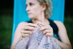 Kvinnan sticker tröjan från ullgarn Arkivfoton