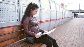 Kvinnan studerar översikten och att vänta lager videofilmer