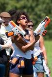 Kvinnan svänger vapen för slagsmål för vattentrycksprutan arkivbilder