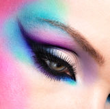 Kvinnan synar med ljus blå makeup för härligt mode arkivbild