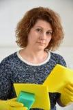Kvinnan tänker om den kommande lokalvården i hus Royaltyfri Foto