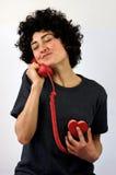 Kvinnan talar på den röda telefonen Royaltyfri Bild