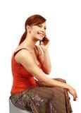 Kvinnan talar vid den svarta mobiltelefonen Royaltyfri Fotografi