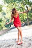Kvinnan tappade hennes sko Royaltyfri Foto
