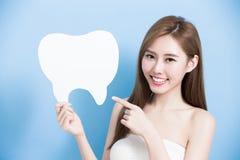 Kvinnan tar den gulliga tanden arkivbild