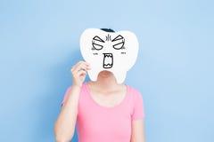 Kvinnan tar den ilskna tanden arkivfoton