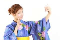 Kvinnan tar en bild av henne Arkivfoto