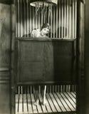 Kvinnan tar en dusch i en badmössa Royaltyfri Fotografi