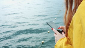Kvinnan tar en härlig seascape på en telefonkamera stock video