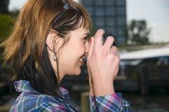 Kvinnan tar en skjuten kamera Arkivfoton