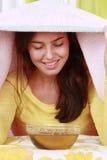 Kvinnan tar ett ångabad arkivfoto