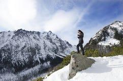 Kvinnan tar ett foto med mobilen, backgroung från berg Royaltyfria Foton