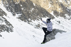 Kvinnan tar ett foto med mobilen, backgroung från berg Royaltyfri Bild