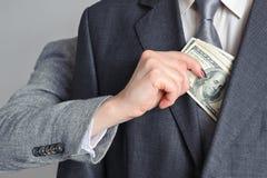 Kvinnan tar pengar från man Fotografering för Bildbyråer
