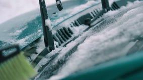 Kvinnan tar upp bort snö från vindrutan, slut lager videofilmer