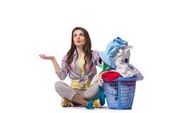 Kvinnan tröttade, når han har gjort tvätterit som isolerades på vit arkivfoton
