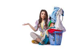 Kvinnan tröttade, når han har gjort tvätterit som isolerades på vit royaltyfria bilder