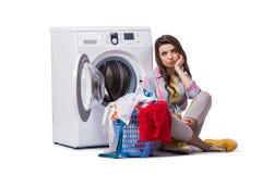 Kvinnan tröttade, når han har gjort tvätterit som isolerades på vit royaltyfri fotografi