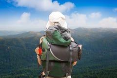 Kvinnan trekking i skog och högländer av berg arkivfoto