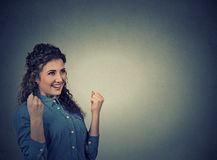 Kvinnan triumferar pumpa nävar firar framgång Positiva mänskliga sinnesrörelser Arkivbilder