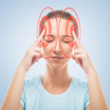 Kvinnan trycker på huvudet, den temporala regionen av rött Royaltyfria Foton