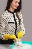 Kvinnan tvättar skuggiga pengar (olaglig kassa, dollar räkning, corruptio fotografering för bildbyråer