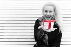 Kvinnan tycker om att motta gåvor Royaltyfri Foto