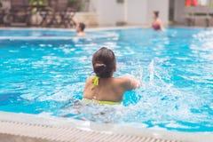 Kvinnan tycker om att simma i otta royaltyfria foton