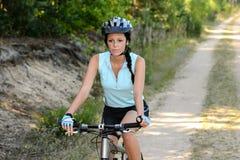 Kvinnan tycker om fritids- cykla för berg Royaltyfria Foton