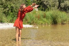 Kvinnan tycker om hennes fria tid på den Isar floden i Munich Arkivbilder