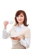 Kvinnan tycker om hennes kopp te på vit bakgrund Royaltyfri Bild