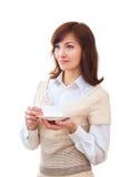 Kvinnan tycker om hennes kopp te på vit bakgrund Fotografering för Bildbyråer
