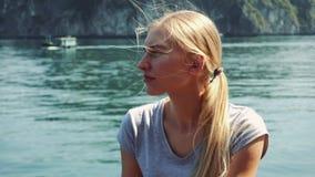 Kvinnan tycker om kryssning på den berömda Halong fjärden, Vietnam arkivfilmer