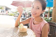Kvinnan tycker om med is kräm i sommartid royaltyfri fotografi