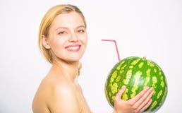 Kvinnan tycker om naturlig fruktsaft Vattenmeloncoctaildryck Vattenmelon f?r attraktiv n?ck fruktsaft f?r drink f?r flicka hel ny arkivfoton