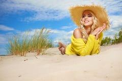 Kvinnan tycker om solen på stranden Arkivfoto