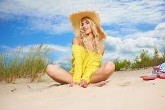 Kvinnan tycker om solen på stranden Fotografering för Bildbyråer