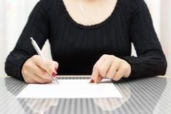 Kvinnan undertecknar skilsmässadekretet Royaltyfria Bilder