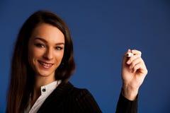 Kvinnan uppmuntrar laget, genom att skriva ett framgångplan på den genomskinliga skärmen arkivbild