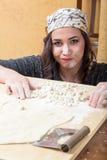Kvinnan uttrycker hennes lycka för den hennes handgjorda pastan Arkivfoto