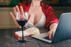Kvinnan vägrade ett exponeringsglas av vin fotografering för bildbyråer