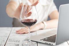 Kvinnan vägrar att dricka ett vin royaltyfria bilder