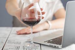 Kvinnan vägrar att dricka ett vin arkivbild