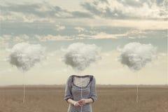 Kvinnan väljer hennes moln för att dölja hans framsida arkivbild