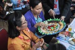 Kvinnan väljer kakor Royaltyfri Bild