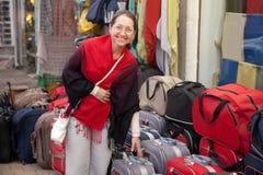 Kvinnan väljer resväska på shoppar Royaltyfria Foton