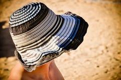 Kvinnan vänder mot under sommarhatten Arkivfoton